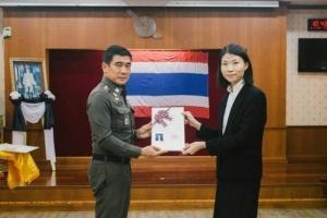 พิธีมอบหนังสือสำคัญการแปลงสัญชาติเป็นไทย ให้แก่ผู้ได้รับอนุญาตให้แปลงสัญชาติเป็นไทย จำนวน 44 ราย โดยมี พล.ต.ต.ธิติ แสงสว่าง รรท.รอง ผบช.ส. เป็นประธาน